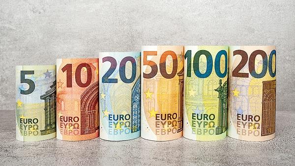 2. Euro (EUR):