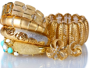 Gold Glitters On Jewellers Buying