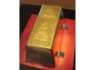 Gold Rises Futures Trade On Global Cues