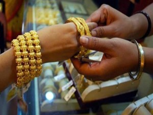 Gold Prices Edge Higher On Brexit Concerns And Weaker Rupee